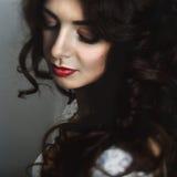Να λάμψει brunette με culy τα όνειρα τρίχας Στοκ εικόνα με δικαίωμα ελεύθερης χρήσης