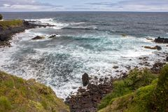 Να έρθει στην ξηρά με το ηφαιστειακό κύμα πετρών του Ατλαντικού Ωκεανού στοκ φωτογραφία