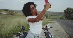 Να αγαπήσει ένα καλό selfie μερικές φορές, έχοντας ένα δροσερό ποδήλατο στο υπόβαθρο θέτει τη διάθεση φιλμ μικρού μήκους