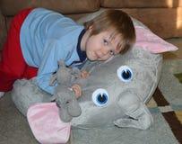 Να αγκαλιάσει στοργικά το μικρό παιδί ελεφάντων Στοκ φωτογραφία με δικαίωμα ελεύθερης χρήσης