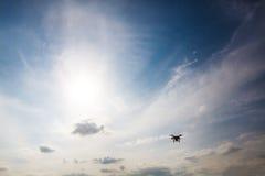 Να αιωρηθεί πετάγματος τετραγώνων κηφήνων copter στο μπλε ουρανό στοκ εικόνες με δικαίωμα ελεύθερης χρήσης