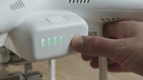 Να αναβοσβήσει πράσινοι δείκτες και κουμπί συμπίεσης χεριών στην μπαταρία για τον κηφήνα, κινηματογράφηση σε πρώτο πλάνο απόθεμα βίντεο