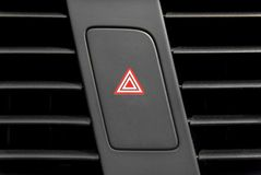 Να αναβοσβήσει τέσσερα ελαφρύ κουμπί δεικτών μέσα στο σύγχρονο αυτοκίνητο πολυτέλειας Στοκ φωτογραφία με δικαίωμα ελεύθερης χρήσης