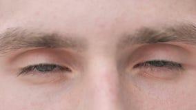 Να αναβοσβήσει τα μάτια του νεαρού άνδρα φιλμ μικρού μήκους