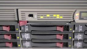 Να αναβοσβήσει LEDs του σωρού κεντρικών υπολογιστών με τους σκληρούς δίσκους σε ένα datacenter απόθεμα βίντεο