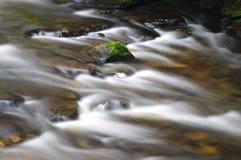να αναπτύξει ρυακιών βράχο&sig Στοκ φωτογραφία με δικαίωμα ελεύθερης χρήσης