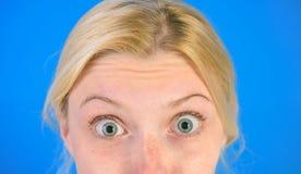 Να αναρωτηθεί γυναικών το πρόσωπο παρουσιάζει ρυτίδες στο μέτωπο o Αντι κρέμα δερμάτων ηλικίας Καλλυντικά και αισθητική χειρουργι στοκ φωτογραφίες με δικαίωμα ελεύθερης χρήσης