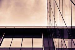 Να ανατρέξει το γυαλί εξωτερικό του κτιρίου γραφείων Στοκ φωτογραφία με δικαίωμα ελεύθερης χρήσης