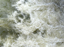 Να αναδεύσει ροές του νερού με το υψηλό μπροστινό φράγμα Στοκ εικόνα με δικαίωμα ελεύθερης χρήσης