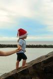 Να ανεβεί αγοριών Santa υπαίθριο Στοκ Φωτογραφίες