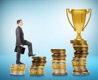 Να ανεβεί επιχειρηματιών, σκαλοπάτια νομισμάτων Στοκ Εικόνες