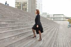 Να ανεβεί επιχειρηματιών στα σκαλοπάτια στο υψηλό υπόβαθρο κτηρίων Στοκ Φωτογραφία
