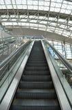 Να ανεβεί κυλιόμενων σκαλών αερολιμένων Στοκ εικόνα με δικαίωμα ελεύθερης χρήσης