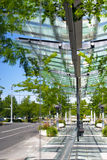 Να αντανακλάσει τις οδούς στους τοίχους γυαλιού του σύγχρονου κτηρίου Στοκ Εικόνες