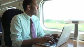 Να ανταλάξει επιχειρηματιών για να εργαστεί στο τραίνο και χρησιμοποίηση του lap-top απόθεμα βίντεο