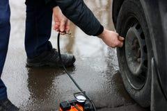 Να αντλήσει επάνω τα ελαστικά αυτοκινήτου του οχήματος Στοκ Εικόνα