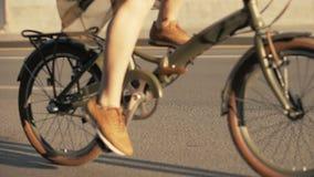 Να απελευθερώσει το ποδήλατο κυλά σε αργή κίνηση Κλείστε επάνω την οδήγηση ποδηλάτων γυναικών φιλμ μικρού μήκους