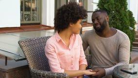 Να αποτελέσει φίλων με το κορίτσι, χέρι φιλήματος, στάδιο μήνα του μέλιτος, ζητά συγγνώμη απόθεμα βίντεο