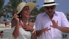 Να αστειευτεί ανδρών γέλιου γυναικών απόθεμα βίντεο