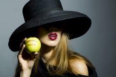 Να βάλει στον πειρασμό το ξανθό κορίτσι με το μήλο Στοκ Εικόνες