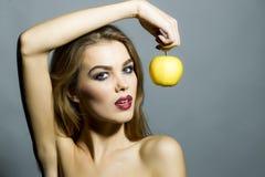 Να βάλει στον πειρασμό το προκλητικό κορίτσι με το μήλο Στοκ φωτογραφία με δικαίωμα ελεύθερης χρήσης