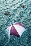 Να βρέξει πάρα πολύ; Δραπετεύστε το άσχημο καιρό, έννοια διακοπών Στοκ Φωτογραφία
