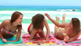 Να βρεθεί γυναικών στην πετσέτα ως φίλους της την ενώνει φιλμ μικρού μήκους