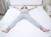 Να βρεθεί γυναικών στο κρεβάτι στο αστέρι θέτει Στοκ φωτογραφία με δικαίωμα ελεύθερης χρήσης