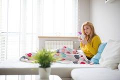 Να βρεθεί κάτω από το κάλυμμα και το τσάι κατανάλωσης Στοκ εικόνες με δικαίωμα ελεύθερης χρήσης