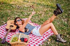 Να βρεθεί κοριτσιών και μουσική ακούσματος σε ένα πάρκο Στοκ Εικόνα
