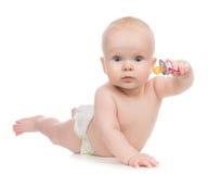 να βρεθεί κοριτσιών παιδιών 6 μηνών ευτυχής θηλή μωρών εκμετάλλευσης soother στοκ φωτογραφία με δικαίωμα ελεύθερης χρήσης