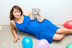 να βρεθεί πατωμάτων έγκυος γυναίκα Στοκ εικόνα με δικαίωμα ελεύθερης χρήσης