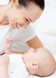 να βρεθεί σπορείων μωρών γελώντας γυναίκα Στοκ εικόνες με δικαίωμα ελεύθερης χρήσης