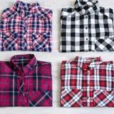 Να βρεθεί τεσσάρων πολύχρωμο ελεγμένο πουκάμισων γυναικών ` s που διπλώνεται τακτοποιημένα Στοκ Εικόνες