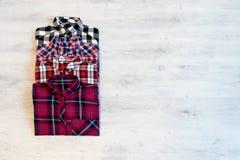 Να βρεθεί τεσσάρων πολύχρωμο ελεγμένο πουκάμισων γυναικών ` s που διπλώνεται τακτοποιημένα Στοκ εικόνες με δικαίωμα ελεύθερης χρήσης