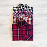Να βρεθεί τεσσάρων πολύχρωμο ελεγμένο πουκάμισων γυναικών ` s που διπλώνεται τακτοποιημένα Στοκ φωτογραφία με δικαίωμα ελεύθερης χρήσης