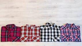 Να βρεθεί τεσσάρων πολύχρωμο ελεγμένο πουκάμισων γυναικών ` s που διπλώνεται τακτοποιημένα Στοκ φωτογραφίες με δικαίωμα ελεύθερης χρήσης