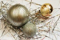 Να βρεθεί τρία ασημένιος-χρυσή σφαίρα Χριστουγέννων με το μεταλλικό νήμα Στοκ εικόνες με δικαίωμα ελεύθερης χρήσης
