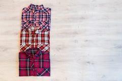 Να βρεθεί τριών πολύχρωμο ελεγμένο πουκάμισων γυναικών ` s που διπλώνεται τακτοποιημένα Στοκ φωτογραφία με δικαίωμα ελεύθερης χρήσης