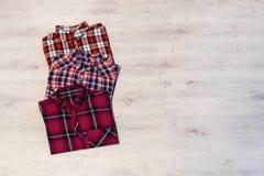 Να βρεθεί τριών πολύχρωμο ελεγμένο πουκάμισων γυναικών ` s που διπλώνεται τακτοποιημένα Στοκ Εικόνα