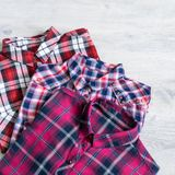 Να βρεθεί τριών πολύχρωμο ελεγμένο πουκάμισων γυναικών ` s που διπλώνεται τακτοποιημένα Στοκ Φωτογραφία