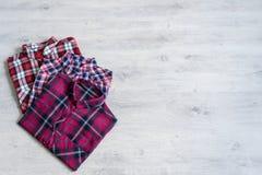 Να βρεθεί τριών πολύχρωμο ελεγμένο πουκάμισων γυναικών ` s που διπλώνεται τακτοποιημένα Στοκ Φωτογραφίες