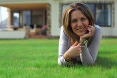 να βρεθεί χορτοταπήτων αυλή γυναικών χαμόγελου στοκ φωτογραφίες