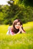να βρεθεί χλόης κοριτσιών & στοκ φωτογραφία με δικαίωμα ελεύθερης χρήσης