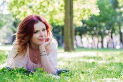 να βρεθεί χλόης νεολαίες γυναικών Στοκ εικόνα με δικαίωμα ελεύθερης χρήσης
