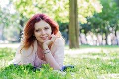 να βρεθεί χλόης νεολαίες γυναικών Στοκ φωτογραφία με δικαίωμα ελεύθερης χρήσης