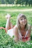 να βρεθεί χλόης νεολαίες γυναικών Στοκ Εικόνα