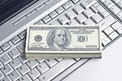 να βρεθεί lap-top χρήματα στοκ εικόνες