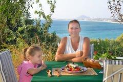 Να γευματίσει κοριτσιών μικρών παιδιών μεσογειακή σαλάτα tradiotional με την Στοκ φωτογραφία με δικαίωμα ελεύθερης χρήσης