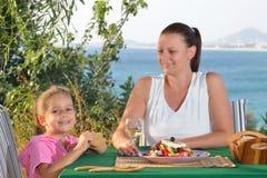Να γευματίσει κοριτσιών μικρών παιδιών μεσογειακή σαλάτα tradiotional με την Στοκ Εικόνα